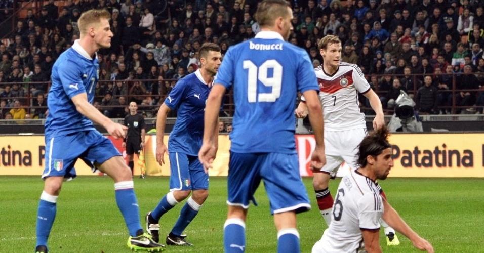 15.nov.2013 - Abate aguarda a bola entrar no lance que resultou no empate da Itália contra a Alemanha; partida terminou empatada por 1 a 1