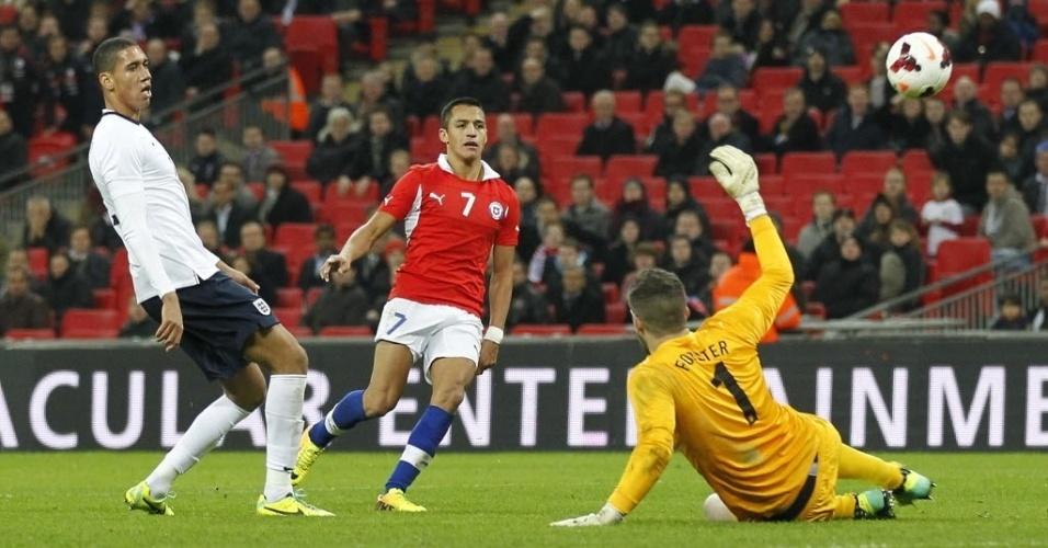 15.nov.2013 - Alexis Sánchez marca o segundo do Chile contra a seleção da Inglaterra em amistoso. Partida terminou 2 a 0