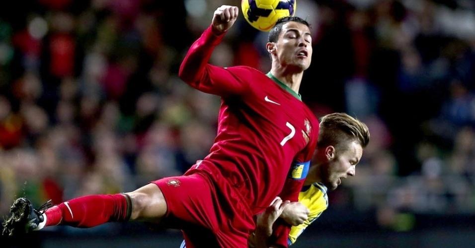 15.nov.2013 - Cristiano Ronaldo disputa lance com Larsson durante partida entre Portugal e Suécia pela repescagem europeia para a Copa do Mundo-2014; portugueses venceram por 1 a 0