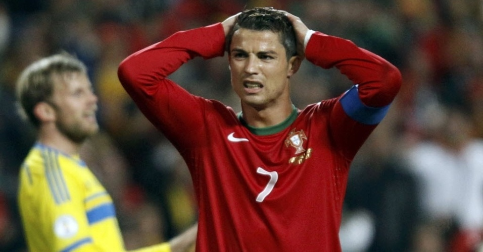 15.nov.2013 - Cristiano Ronaldo lamenta chance perdida na partida entre Portugal e Suécia pela repescagem europeia para a Copa do Mundo-214; portugueses ganharam por 1 a 0