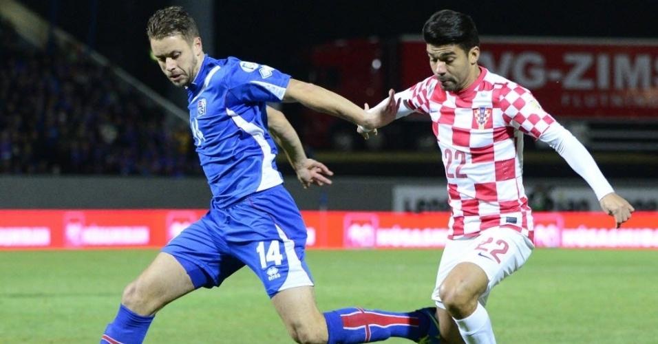 15.nov.2013 - Eduardo da Silva (dir.), brasileiro naturalizado croata, defende a sua seleção contra a Islândia em partida da repescagem para a Copa do Mundo