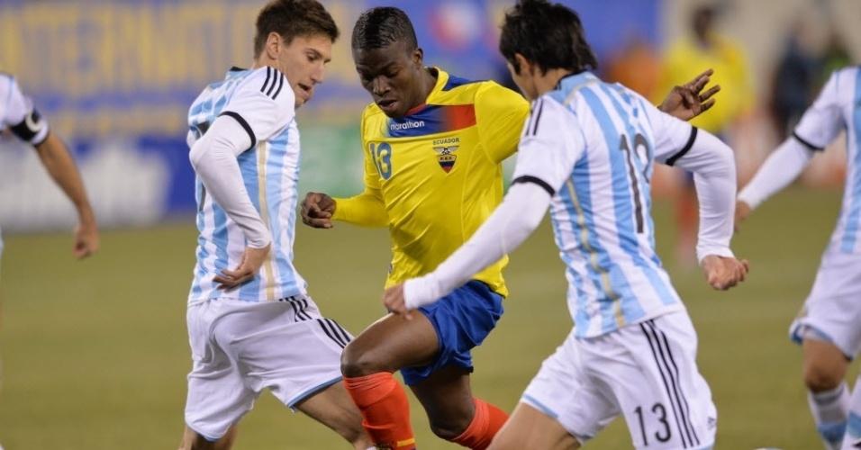 15.nov.2013 - Enner Valencia, do Equador, tenta passar por dois jogadores da Argentina durante amistoso; partida terminou 0 a 0