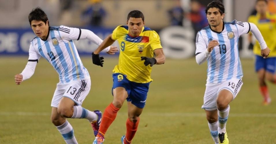 15.nov.2013 - Equatoriano Jefferson Montero encara os argentinos Roncaglia e Banega em amistoso; jogo terminou 0 a 0