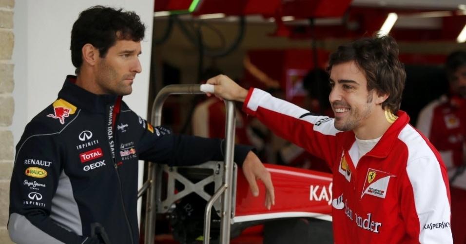 15.nov.2013 - Fernando Alonso conversa com Mark Webber durante paralisação do primeiro treino livre do GP dos EUA