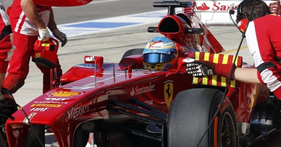 15.nov.2013 - Fernando Alonso volta aos pits durante primeiro treino livre do GP dos EUA; espanhol liderou a sessão