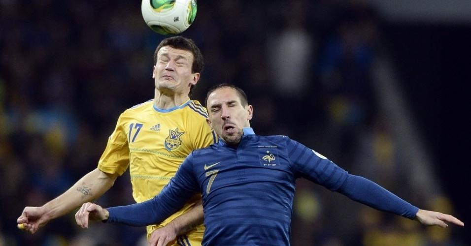 15.nov.2013 - Franck Ribéry (d) disputa bola de cabeça com Yarmolenko durante partida da França contra a Ucrânia pela repescagem para a Copa do Mundo-2014; franceses perderam por 2 a 0