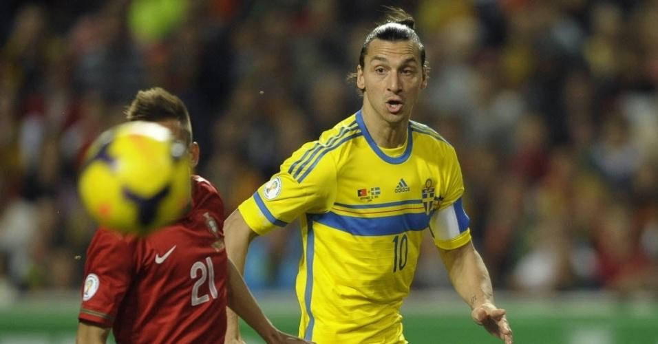 15.nov.2013 - Ibrahimovic observa a bola durante duelo entre Suécia e Portugal pela repescagem para a Copa do Mundo