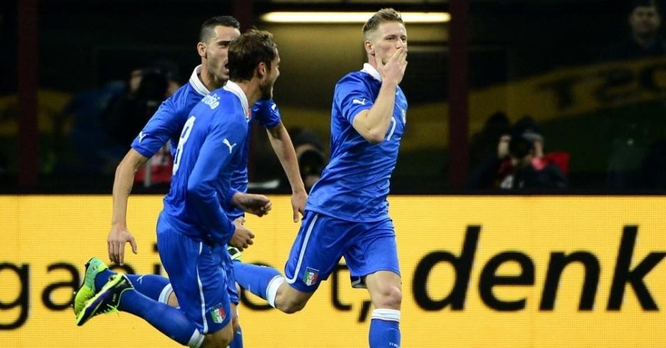15.nov.2013 - Ignazio Abate comemora o gol de empate da Itália contra a Alemanha em amistoso no estádio San Siro; partida terminou empatada por 1 a 1