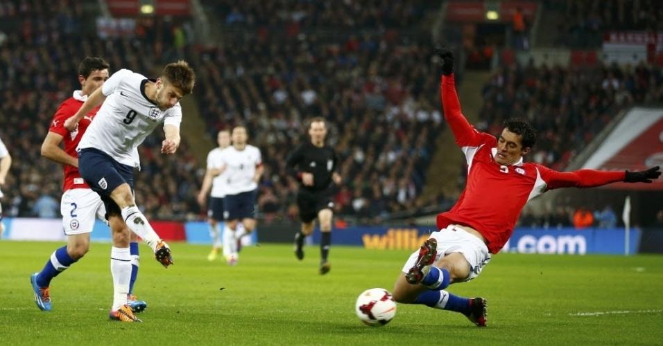 15.nov.2013 - Inglês Adam Lallana tenta a finalização no amistoso contra o Chile no estádio de Wembley; chilenos surpreenderam e ganharam por 2 a 0