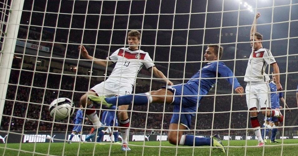 15.nov.2013 - Italiano Domenico Criscito se estica mas não evita o gol da Alemanha em San Siro. Confronto terminou empatado por 1 a 1