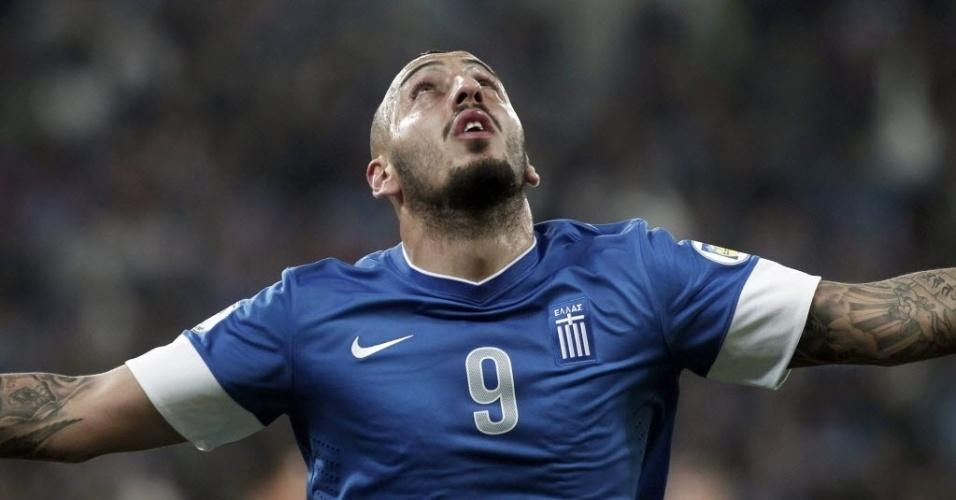 15.nov.2013 - Kostas Mitroglou comemora após marcar para a Grécia contra a Romênia pela repescagem da Copa-2014; gregos venceram por 3 a 1