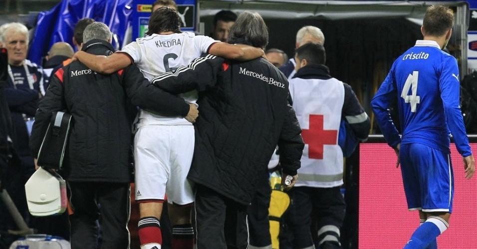 15.nov.2013 - Machucado, Khedira deixa o gramado no amistoso entre Itália e Alemanha. Confronto terminou empatado por 1 a 1
