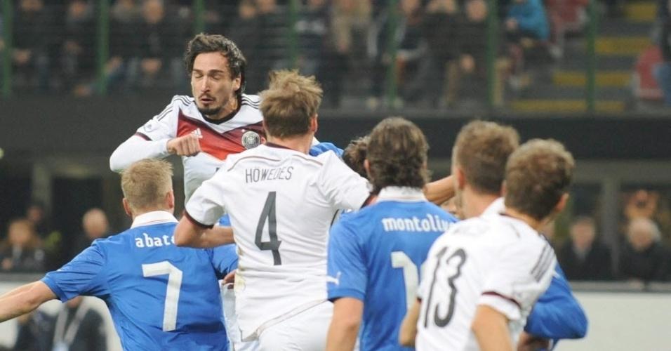 15.nov.2013 - Mats Hummels sobe mais alto que a defesa italiana para colocar a Alemanha na frente do placar; partida amistosa terminou empatada por 1 a 1