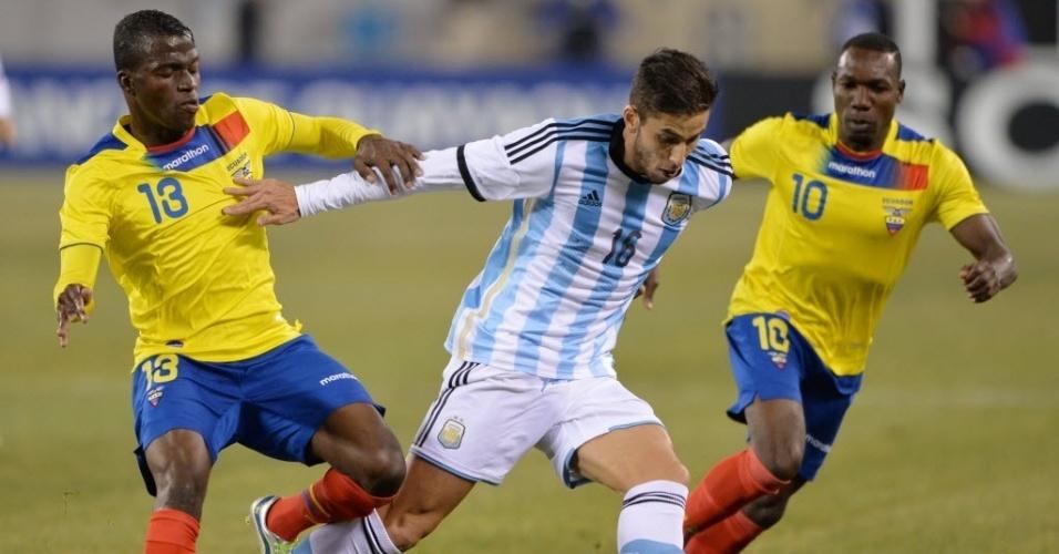 15.nov.2013 - Ricky Álvarez, da Argentina, é marcado por dois equatorianos no amistoso disputado nos EUA; partida terminou sem gols