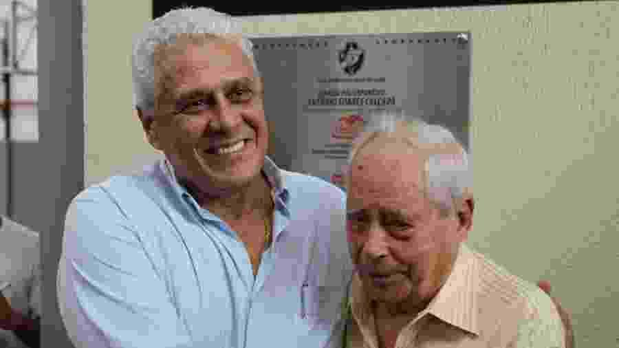 Roberto Dinamite (e) abraça Antônio Soares Calçada, presidente de honra do Vasco - Marcelo Sadio/ site oficial do Vasco