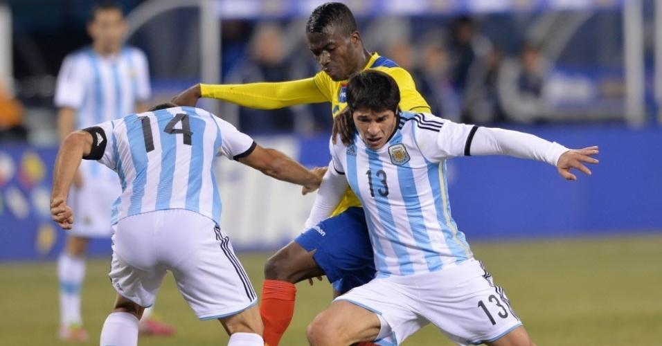15.nov.2013 - Mascherano e Roncaglia marcam Enner Valencia no amistoso entre Argentina e Equador, nos EUA; partida terminou 0 a 0