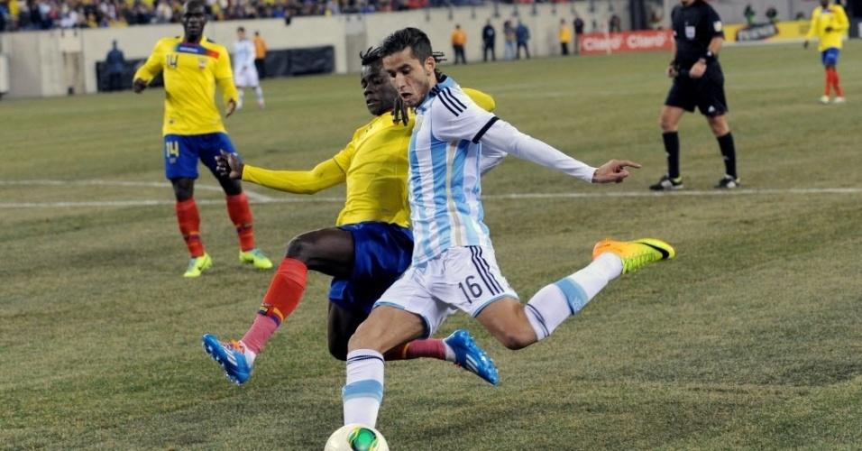 15.nov.2013 - Ricky Álvarez, da Argentina, tenta finalizar no amistoso contra a seleção do Equador; jogo terminou sem gols