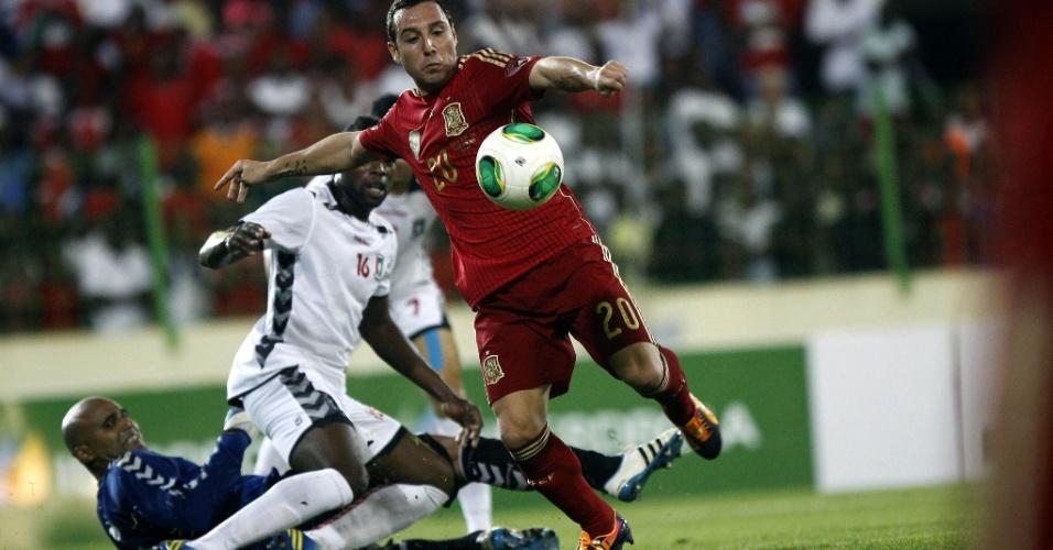 16.nov.2013 - Após confusão na área, espanhol Cazorla marca o primeiro gol da Espanha sobre a Guiné Equatorial, em amistoso internacional; espanhóis venceram por 2 a 1