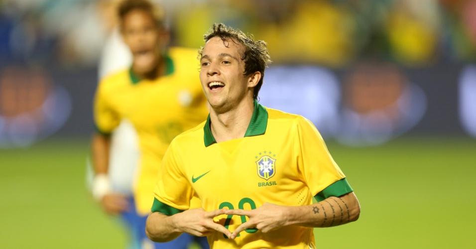16.nov.2013 - Bernard comemora ao abrir o placar para o Brasil no amistoso contra Honduras em Miami
