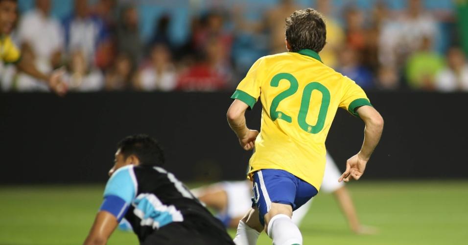 16.nov.2013 - Bernard parte para a comemoração ao abrir o placar para o Brasil em amistoso contra Honduras em Miami