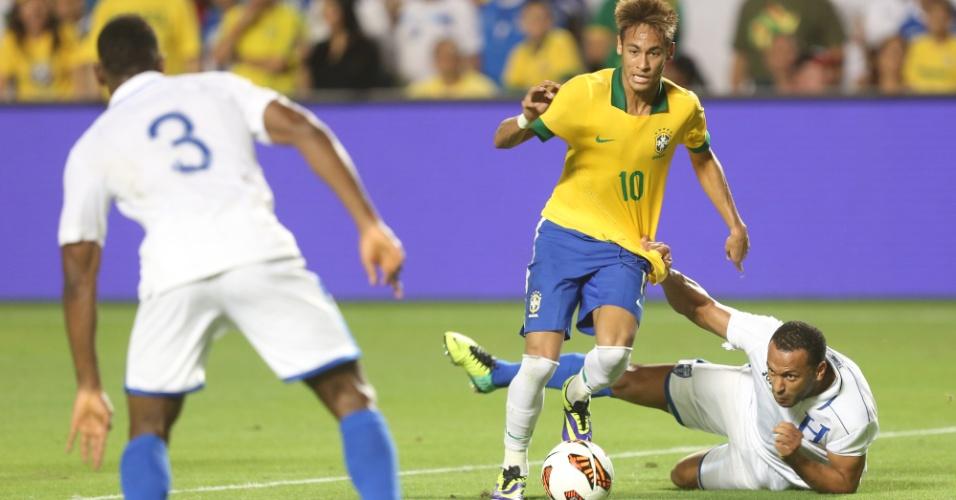 16.nov.2013 - Jogador de Honduras tenta parar Neymar com falta durante amistoso da seleção brasileira em Miami