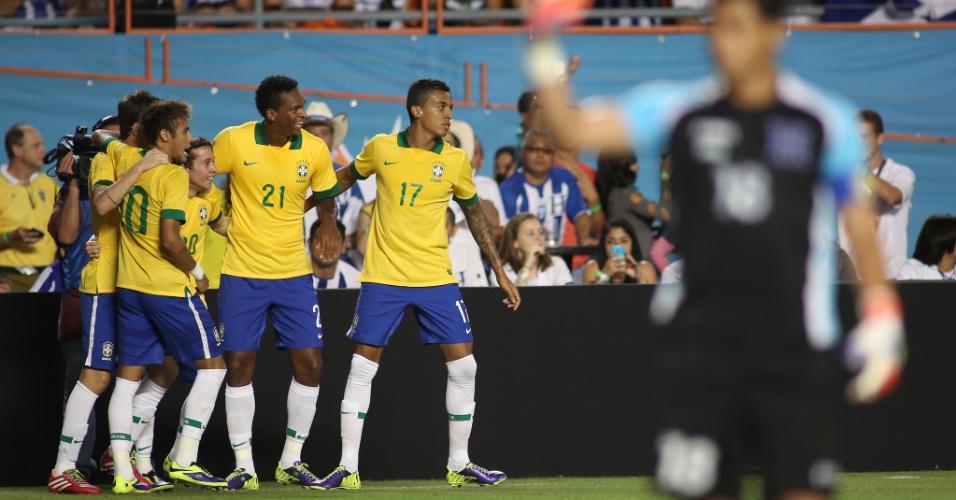 16.nov.2013 - Jogadores do Brasil comemoram o gol de Bernard que abriu o placar no amistoso contra Honduras