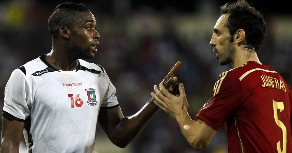 16.nov.2013 - Juanfran (dir.), autor do segundo gol da Espanha no amistoso contra a Guiné Equatorial, discute com zagueiro Sipo