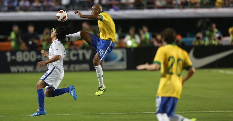 16.nov.2013 - Maicon disputa a bola com jogador hondurenho durante amistoso do Brasil em Miami