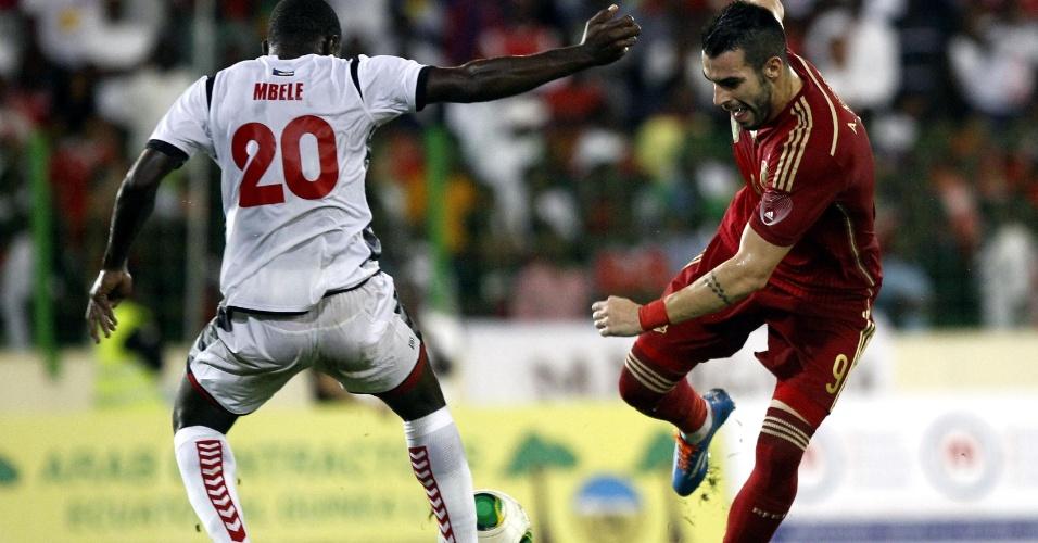 16.nov.2013 - Negredo, da Espanha, tenta driblar defensor de Guiné Equatorial durante amistoso; espanhóis venceram por 2 a 1