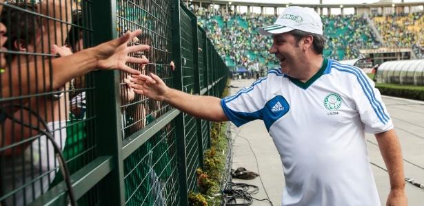 O técnico palmeirense Gilson Kleina cumprimenta a torcida no Pacaembu  - Miguel Schincariol/Getty