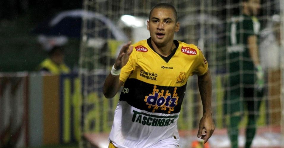 16.nov.2013 - Wellington Paulista marcou o primeiro gol do Criciúma em jogo contra o Coritiba, válido pelo Brasileirão