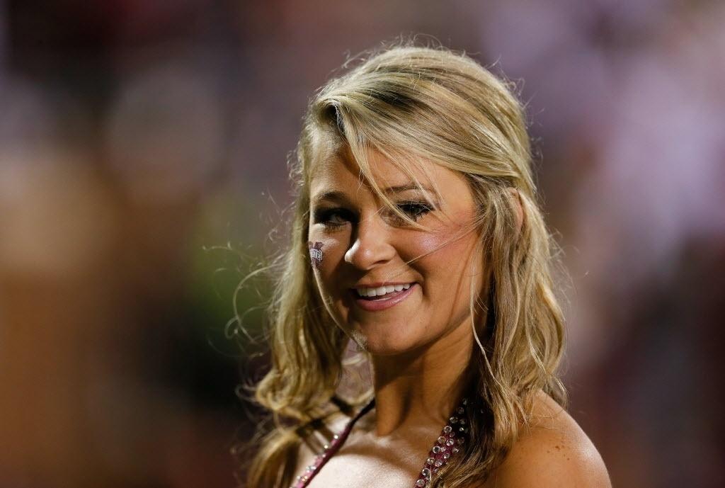 16.11.2013 - Cheerleader do Mississippi State Bulldogs executa performance em jogo de futebol americano