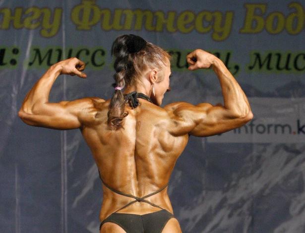 Alena Gornostaeva mostra corpo sarado durante o Campeonato de Fisiculturismo em Bisqueque, no Quirguistão