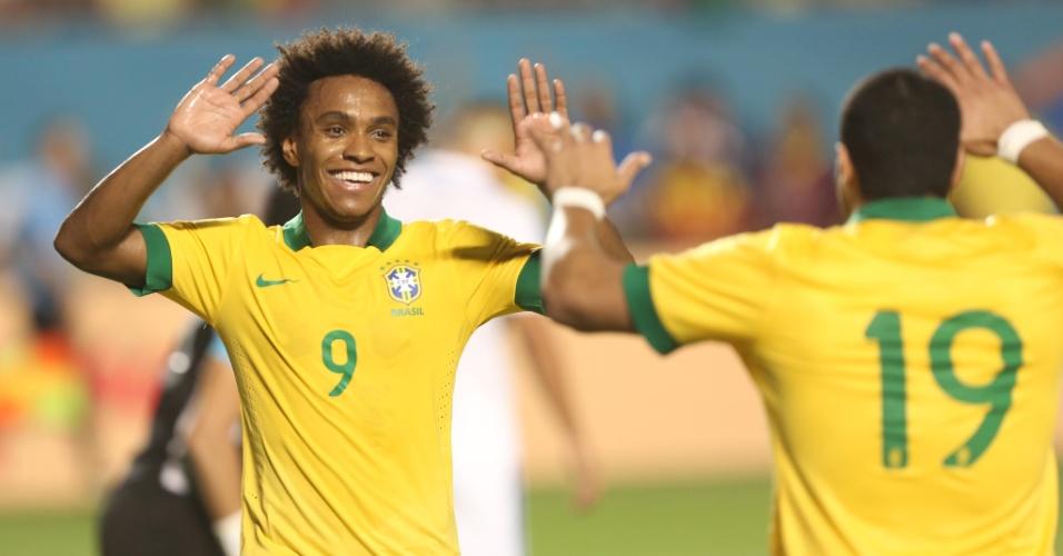 16.nov.2013 - Autores do quarto e quinto gols do Brasil, Willian (e) e Hulk comemoram no amistoso contra Honduras em Miami
