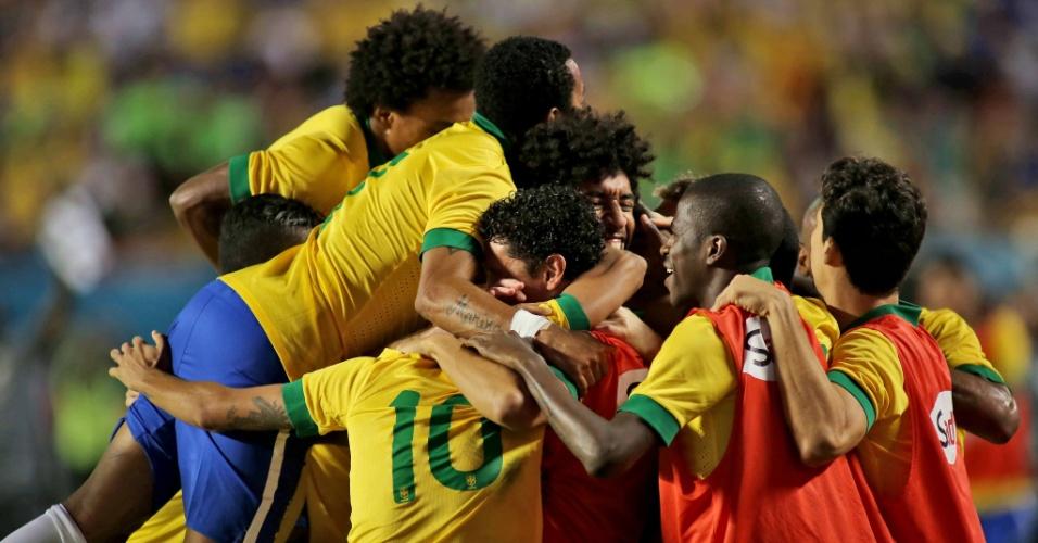 16.nov.2013 - Jogadores do Brasil parabenizam Dante, autor do segundo gol no amistoso contra Honduras em Miami