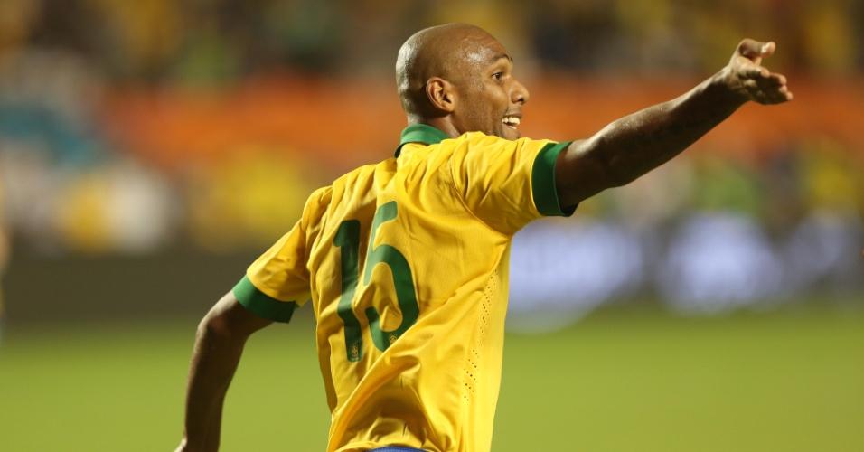 16.nov.2013 - Maicon comemora ao marcar o terceiro gol do Brasil no amistoso contra Honduras disputado em Miami