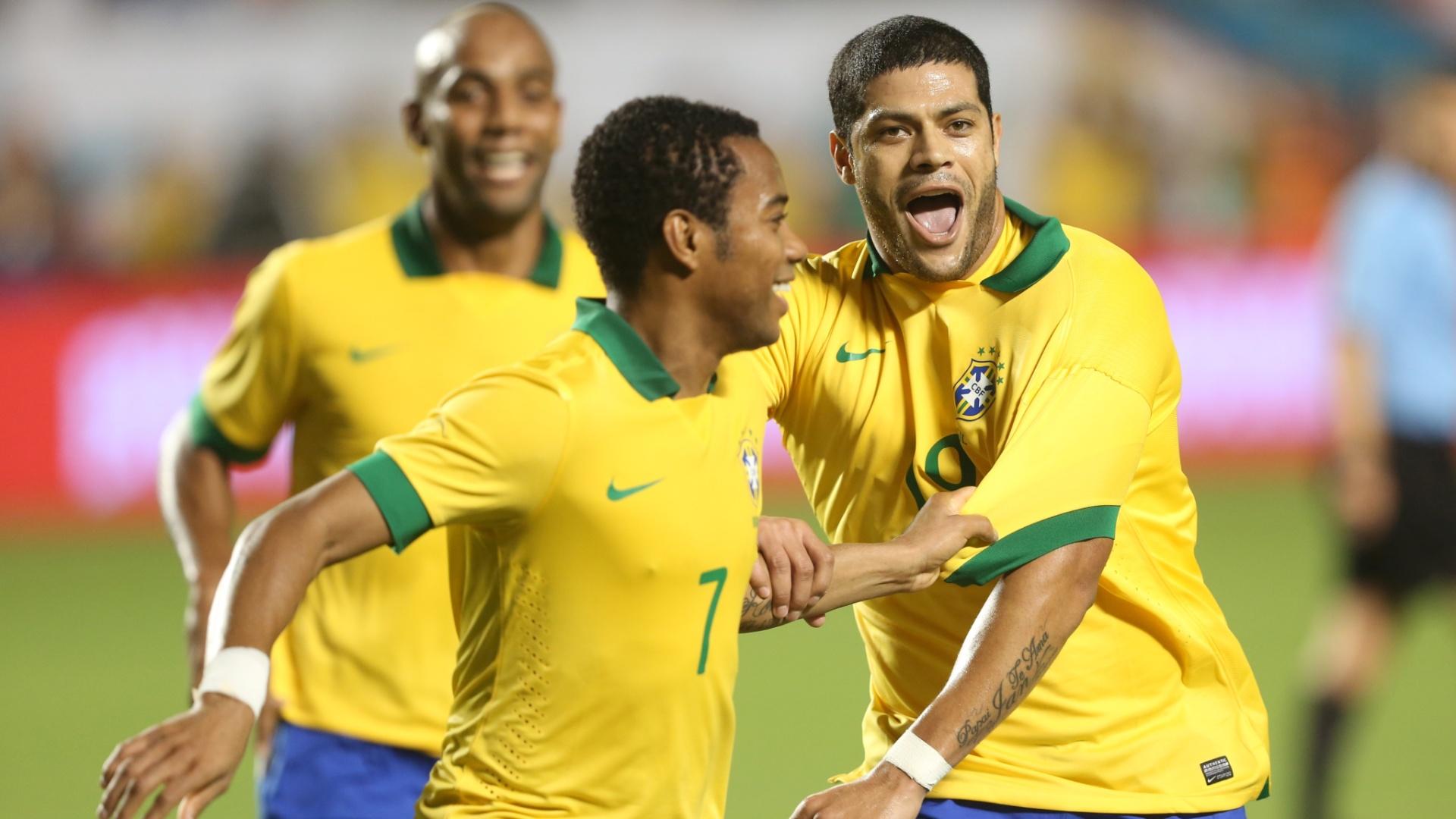 16.nov.2013 - Maicon (e), Robinho (c) e Hulk comemoram gol do Brasil na goleada por 5 a 0 sobre Honduras em amistoso disputado em Miami