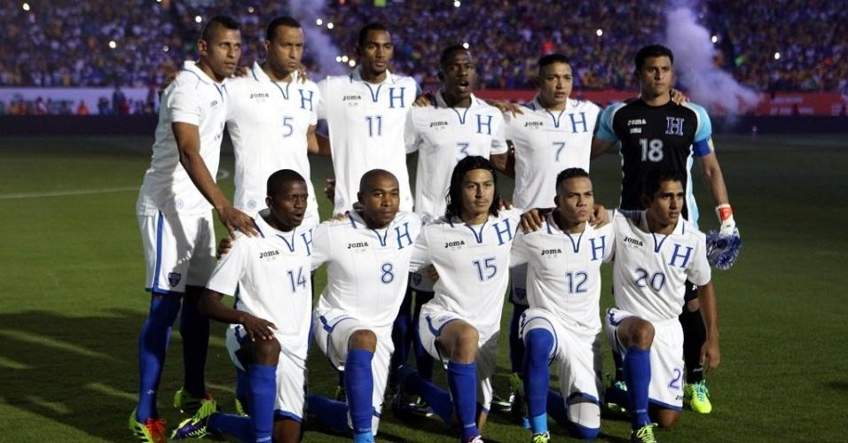 16.nov.2013 - Seleção de Honduras posa para foto antes de amistoso contra o Brasil em Miami (EUA)