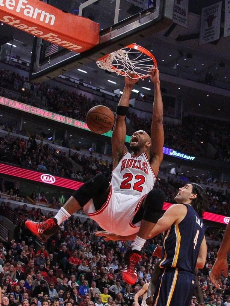 16.nov.2013 - Taj Gibson grita ao enterrar na vitória dos Bulls sobre os Pacers por 110 a 94