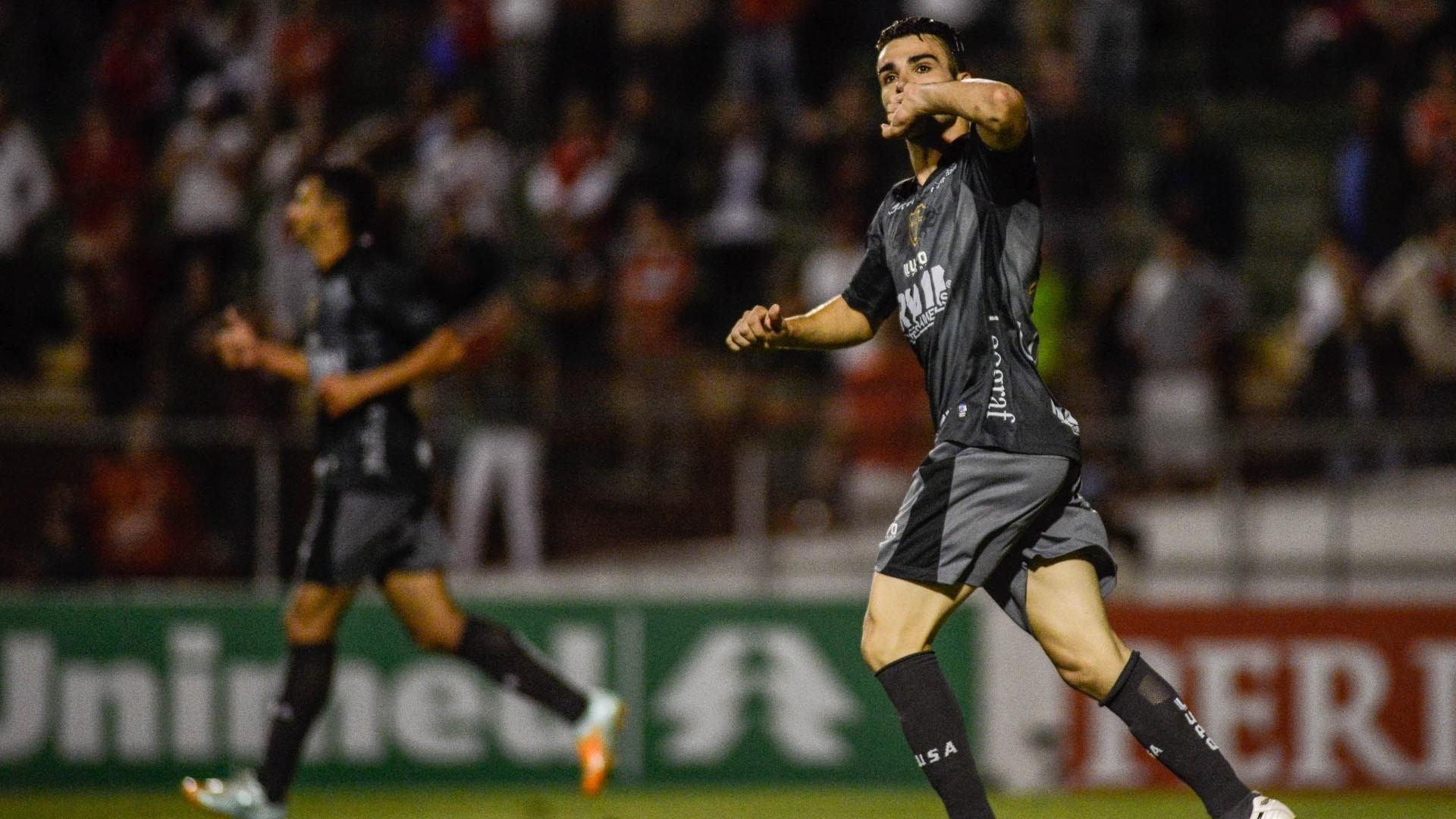 17.nov.2013 - Bruno Henrique, da Portuguesa, comemora gol marcado contra Atlético-MG