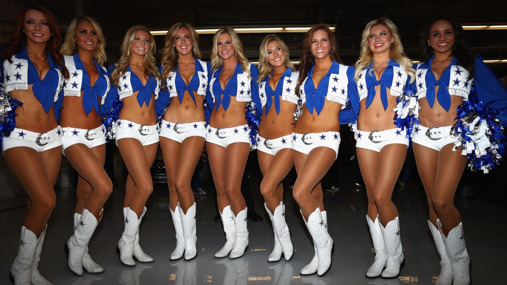17.nov.2013 - Cheerleaders do Dallas Cowboys participam do desfile dos pilotos antes da largada do GP dos Estados Unidos
