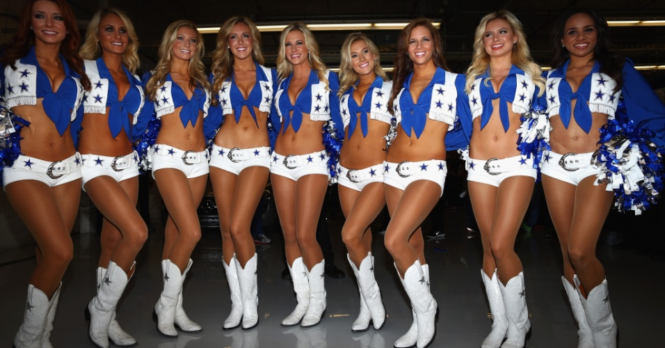 17.nov.2013 - Cheerleaders do Dallas Cowboys participam do desfile dos pilotos antes da largada do GP dos Estados Unidos