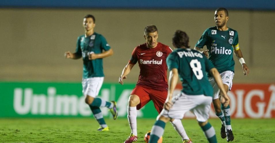 17.nov.2013 - D'Alessandro tenta executar o passe  em meio aos jogadores do Goiás