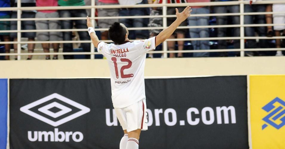 17.nov.2013 - Falcão marcou de cabeça o gol que determinou empate por 2 a 2 com o Concórdia/Umbro/Passarela e deu à Intelli/Orlândia o título da Liga Futsal de 2013