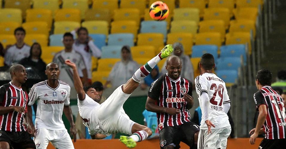 17.nov.2013 - Gum tenta bicicleta na vitória do Fluminense sobre o São Paulo