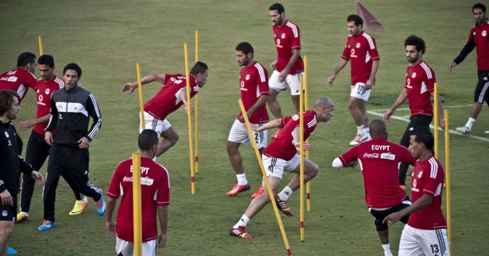 17.nov.2013 - Jogadores egípcios durante a sessão de treino, no Cairo. O Egito enfrentará a seleção de Gana nas eliminatórias da Copa de 2014