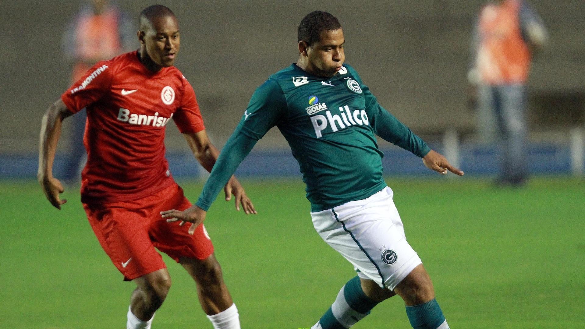 17.nov.2013 - Marcado por Fabrício (esq.), do Internacional, Walter domina a bola pelo Goiás. Ele foi o autor de um dos gols do Goiás