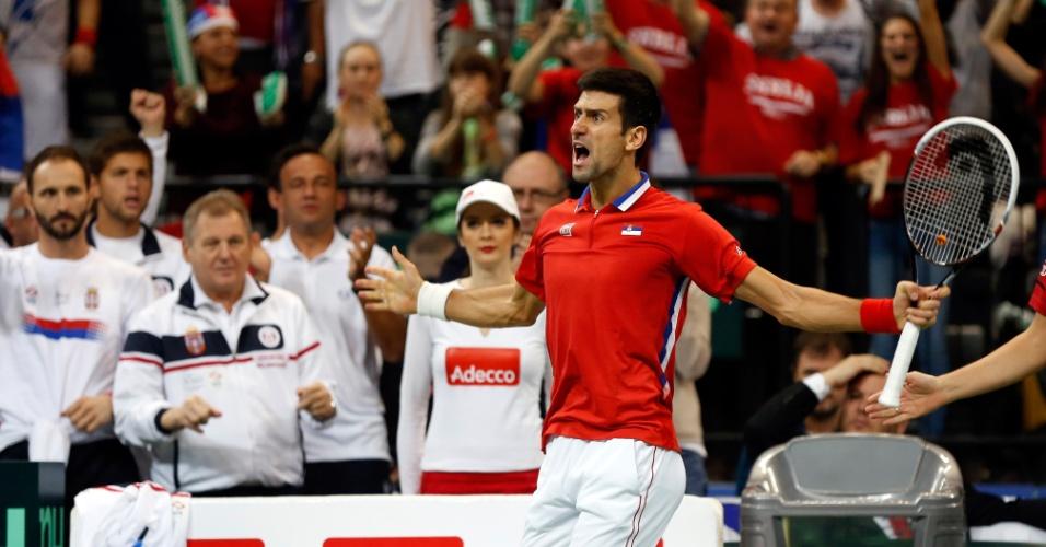 17.nov.2013 - Novak Djokovic vibra com a torcida durante sua vitória sobre Tomas Berdych na decisão da Davis