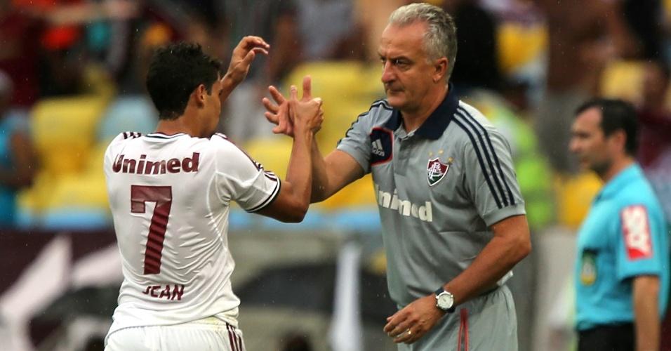 17.nov.2013 - O treinador do Fluminense, Dorival Júnior, cumprimenta Jean, que marcou o gol de empate contra o São Paulo