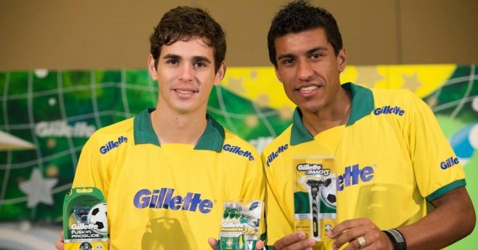 17.nov.2013 - Paulinho (e) e Oscar participam de evento promovido por um dos patrocinadores da CBF em Miami